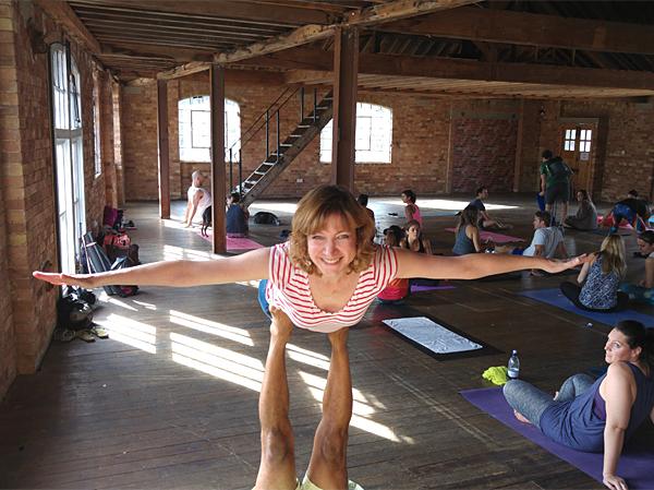 Keren Lerner does Acro Yoga